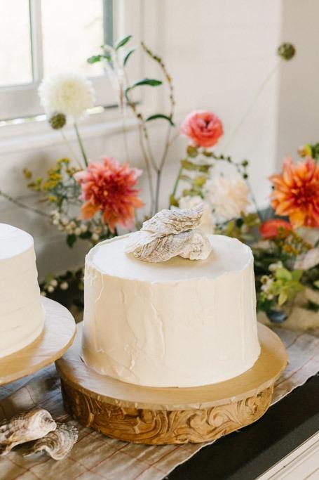 micro wedding cake seaside theme